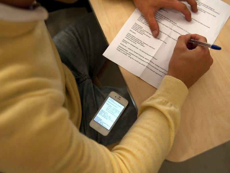 Двоє франківців не склали іспит з іноземної мови до магістратури, бо користувалися телефонами