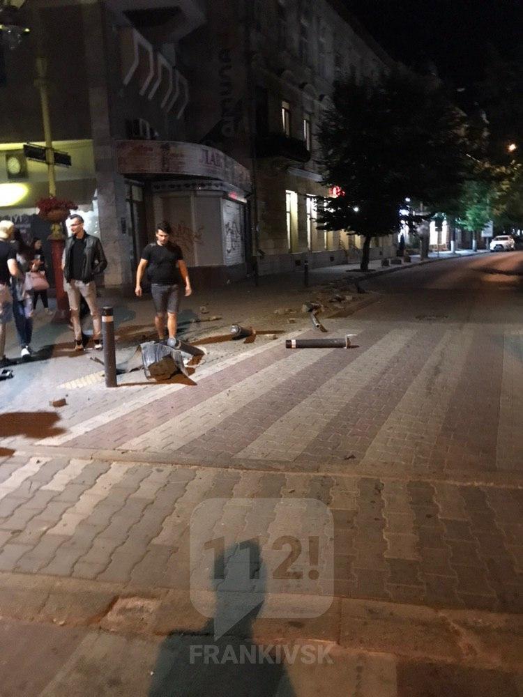 В ніч на вівторок п'яний водій позносив стовпці та дорожній знак у центрі міста (ФОТО)