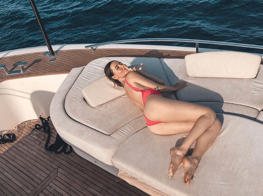 Дорофєєва на яхті похвалилася сідницями (ФОТО)
