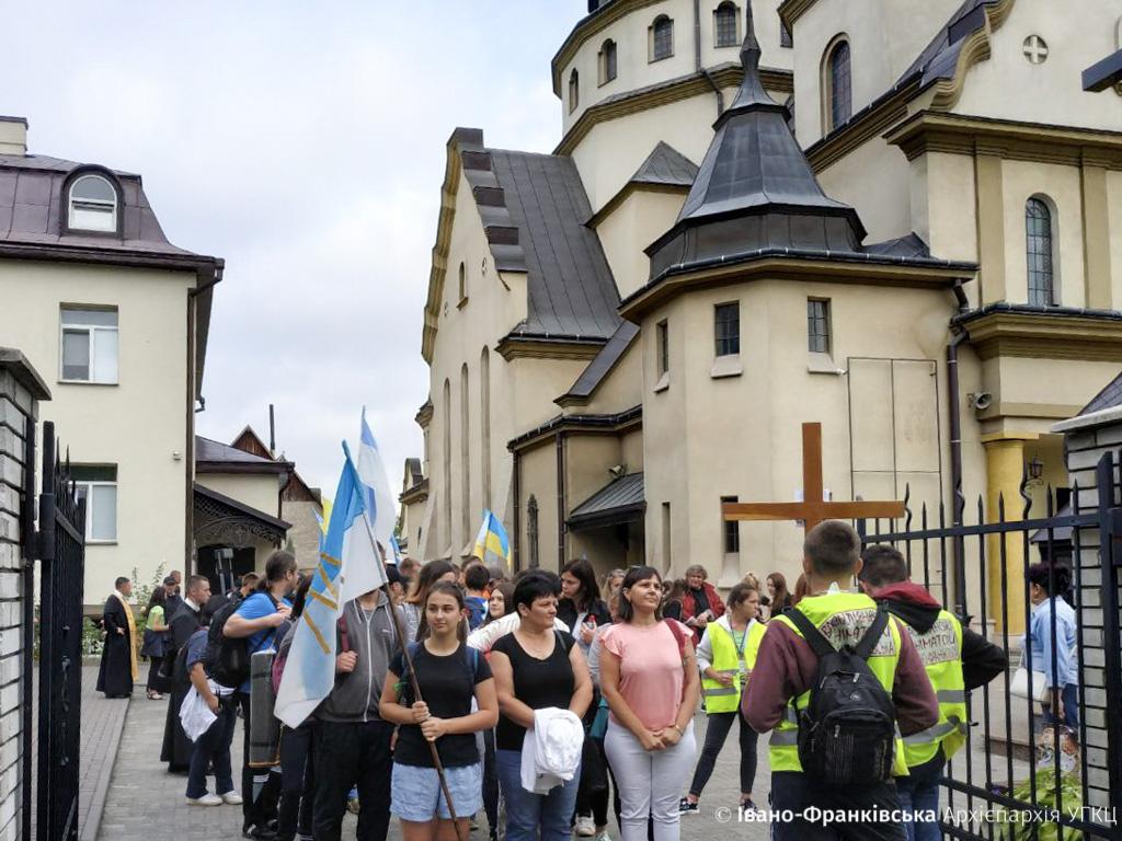 Юні франківці вирушили у 80-кілометрову мандрівку пішки заради Божого благословення (ФОТО)