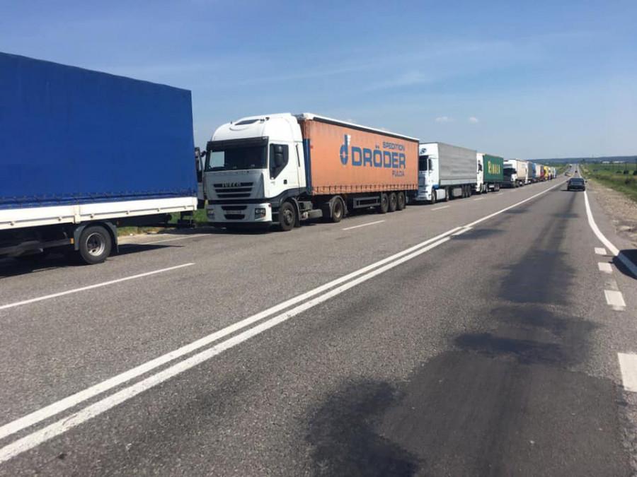 """Вантажівкам заборонили їздити дорогами Прикарпаття, бо """"пливе"""" асфальт"""