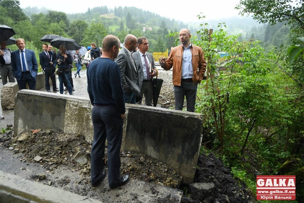 Шмигаль перевірив, як в селі на Верховинщині укріплюють проблемний міст (ФОТО)