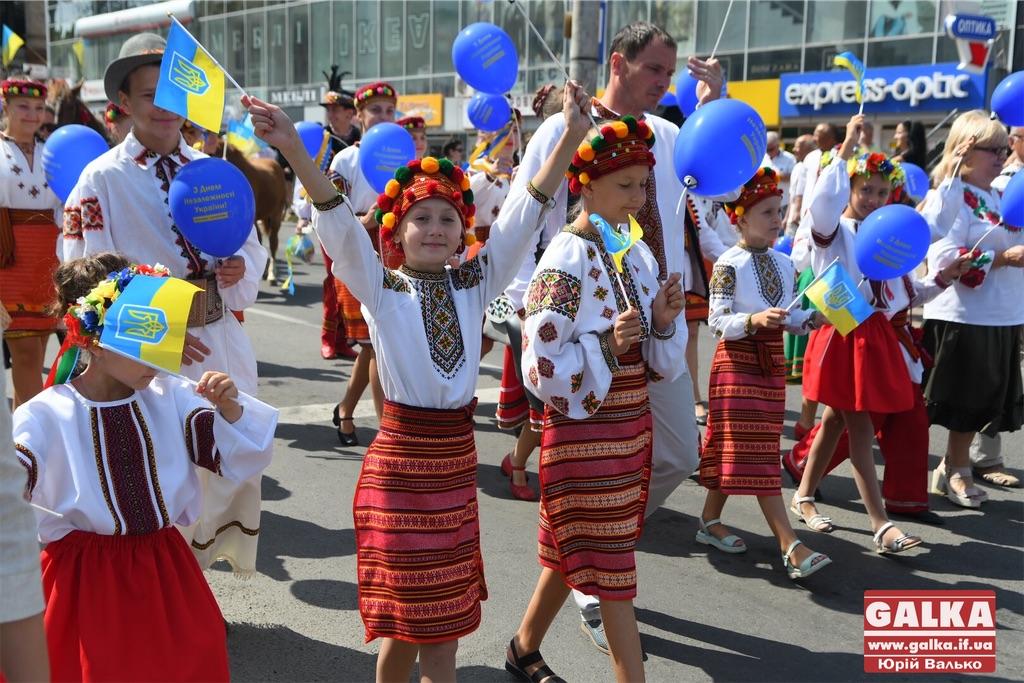 У День Незалежності вулицями міста влаштували марш у вишиванках (ФОТО, ВІДЕО)