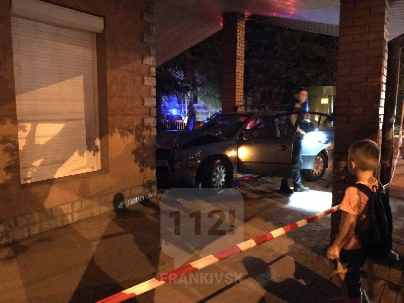 Вечірня ДТП у Франківську: автомобіль вилетів на тротуар і врізався в магазин (ФОТО, ОНОВЛЕНО)