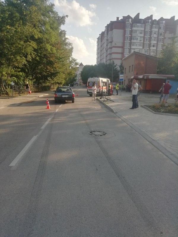 На Хмельницького юний керманич збив велосипедиста (ФОТО)