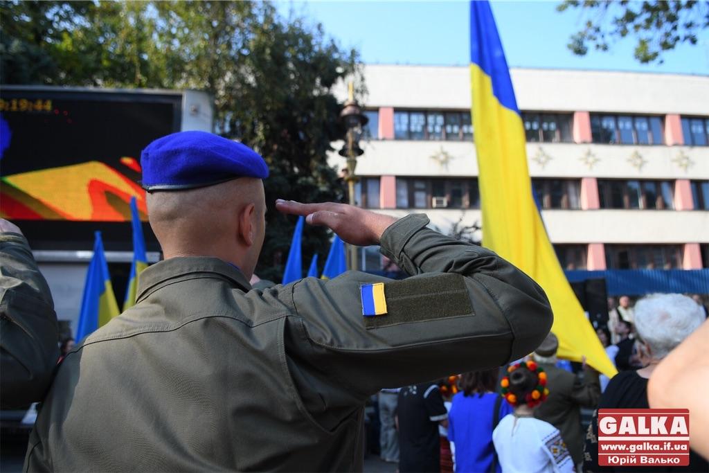 У центрі Івано-Франківська урочисто підняли державний прапор (ФОТО)