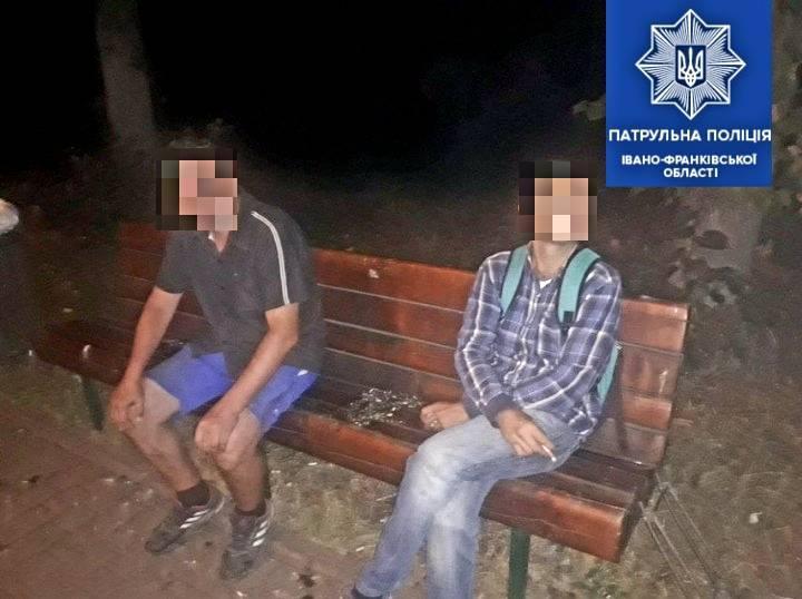 У Франківську вночі двоє чоловіків поцупили зливні решітки (ФОТО)