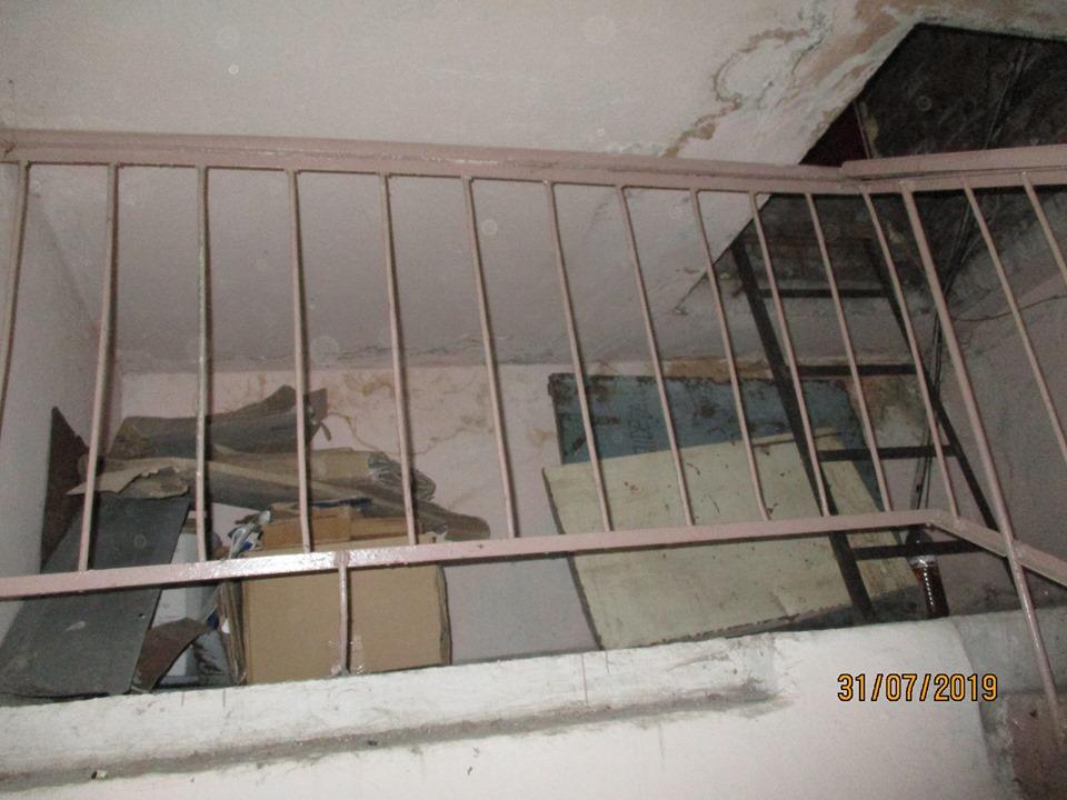 Домофон – не перешкода: у під'їзді франківської багатоповерхівки облаштувався безхатько (ФОТО)