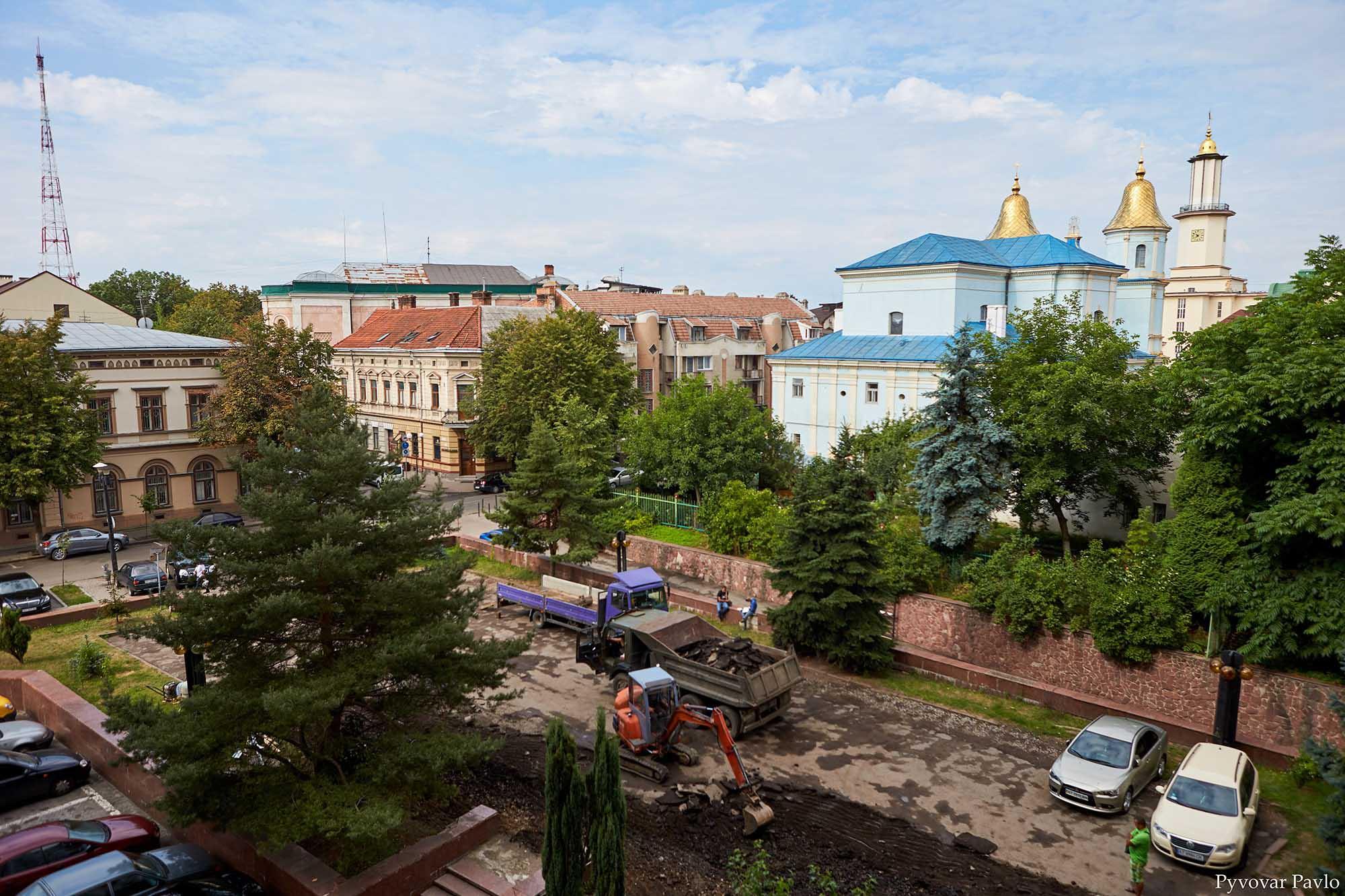 У центрі Франківська облаштовують парковку для туристичних автобусів (ФОТО)