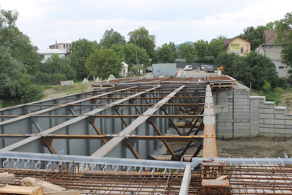 У Косові триває ремонт моста через Рибницю – змонтували центральний проліт