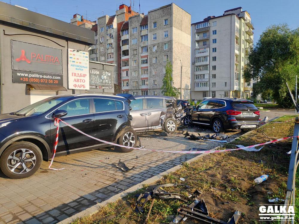 В ніч на понеділок біля нічного клубу водійка BMW розбила п'ять машин (ФОТО, ВІДЕО)