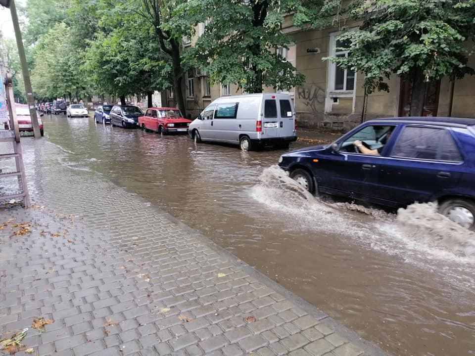 Нова дорога – проблеми старі. Франківці скаржаться на ще одну відремонтовану, але затоплену вулицю (ФОТО)