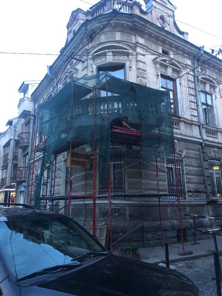 У старій кам'яниці на Вірменській реставрують аварійний балкон (ФОТО)