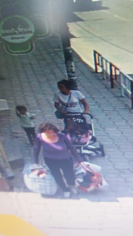 Поліція просить допомогти впізнати жінок, які поцупили дитячий візок у Коломиї (ФОТО)