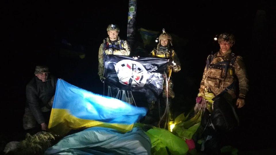 Ветерани АТО/ООС здійснили нічний парашутний десант на Говерлу (ФОТО, ВІДЕО)