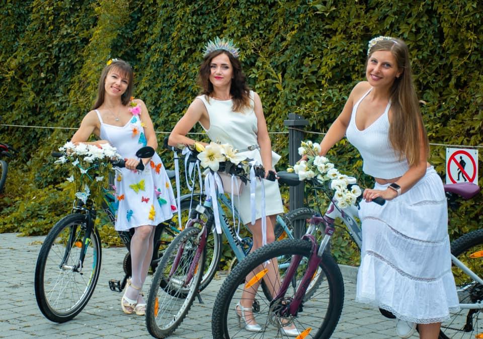Total white: у Франківську відбувся дівочій велопарад (ФОТО)