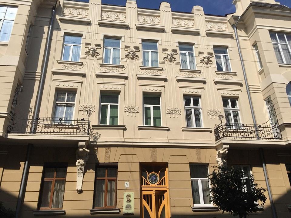 Відновлена ліпнина і старовинні двері з вітражами: у Франківську показали відреставрований будинок (ФОТО)