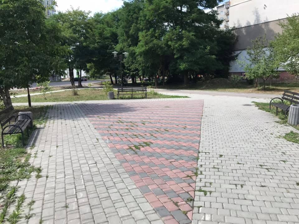 Франківські комунальники навели лад у дворі на Каскаді (ФОТО)