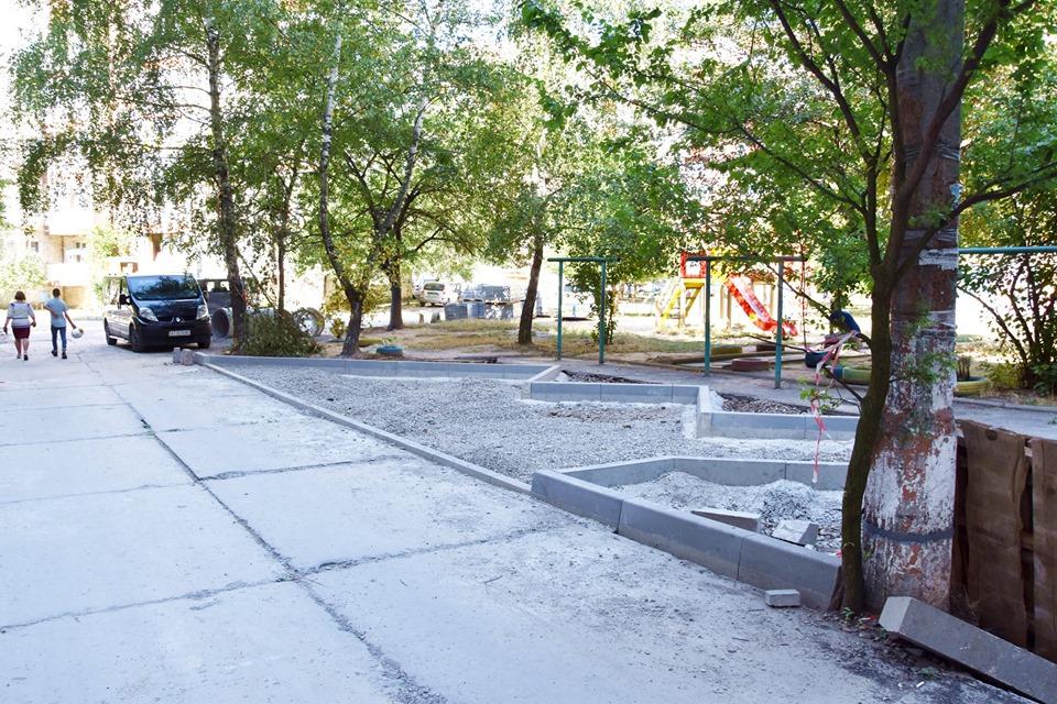 На Каскаді взялися ремонтувати один з найбільших дворів (ФОТО)