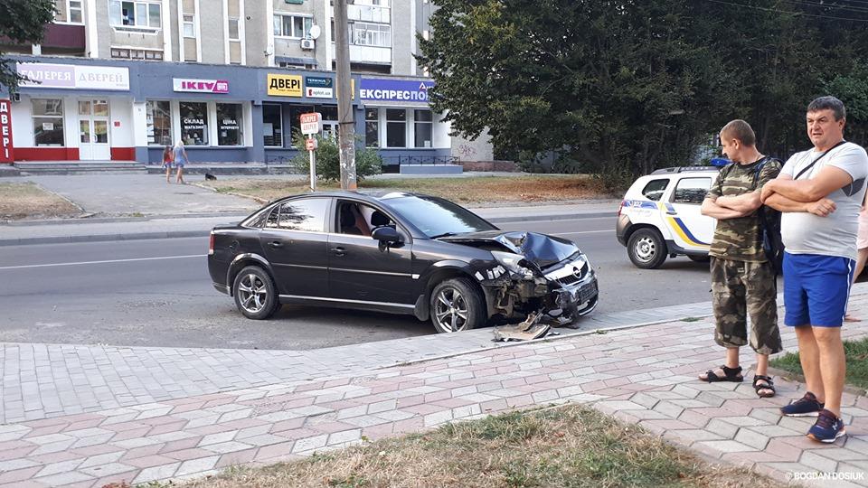"""На Вовчинецькій зіткнулися """"ВАЗ"""" і """"Опель"""". Водій останньої автівки був дуже п'яний – очевидці (ФОТО)"""
