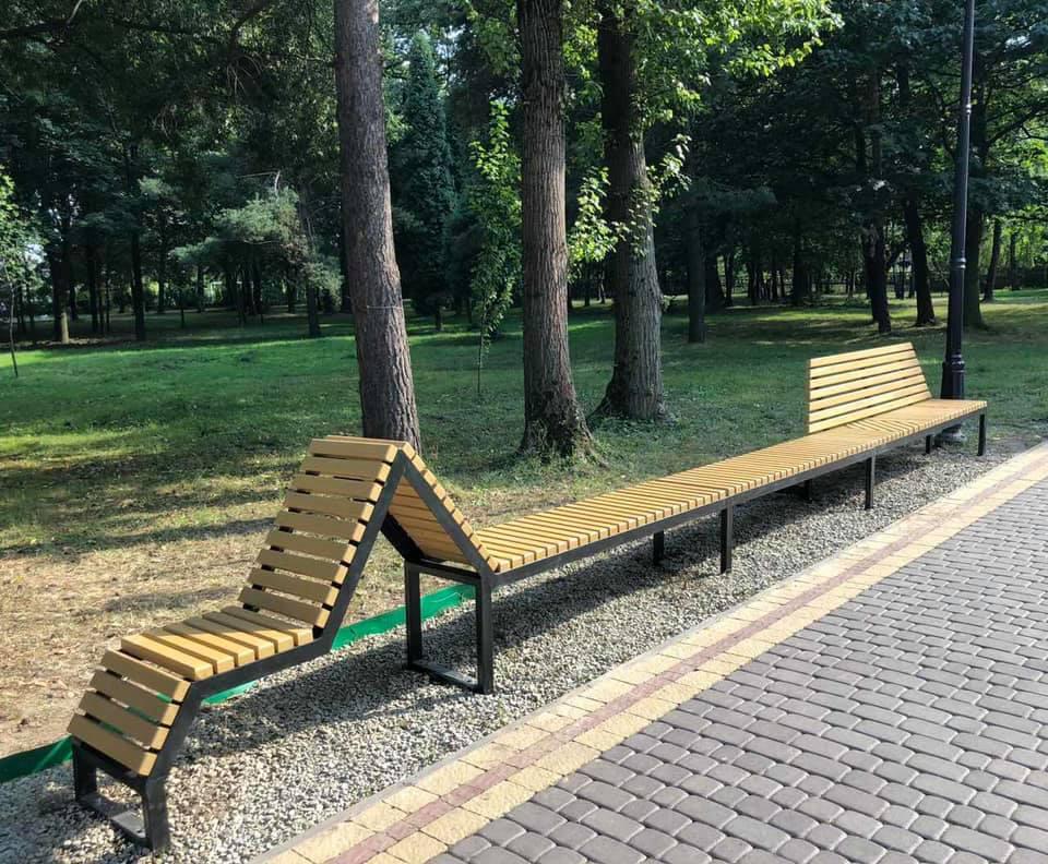 Зі спинкою і без неї: у парку Шевченка встановили незвичайну лавочку (ФОТО)