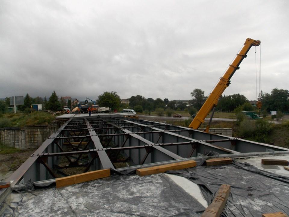 У Косові триває відбудова знищеного повінню моста (ФОТО)