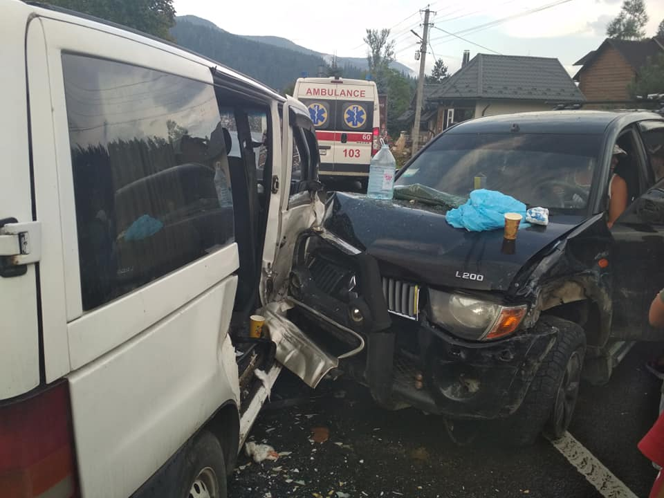 Нетверезий водій, травмовані пасажири та розбиті автівки: стали відомі деталі аварії у Татарові