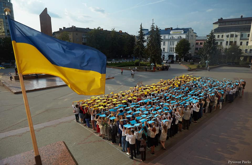 """Єдина нація – одна душа: біля Білого дому створили """"живий"""" прапор (ФОТО)"""