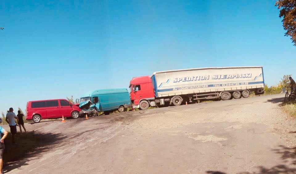 На Коломийщині зіткнулися три авто та перекрили дорогу на Чернівці (ФОТО)