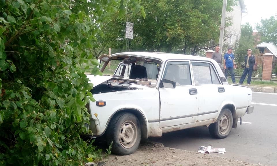 """У Калуші """"ВАЗ"""" не розминувся з електроопорою після зіткнення з """"Ніссаном"""" (ФОТО)"""