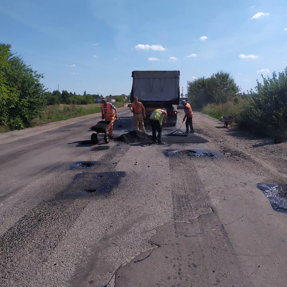 """У Тисмениці """"лікують рани"""" на об'їзній дорозі (ФОТО)"""