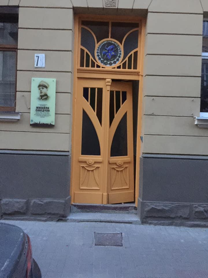 Відреставрований будинок на Курбаса відкрили з недоробленими старовинними дверима (ФОТО)