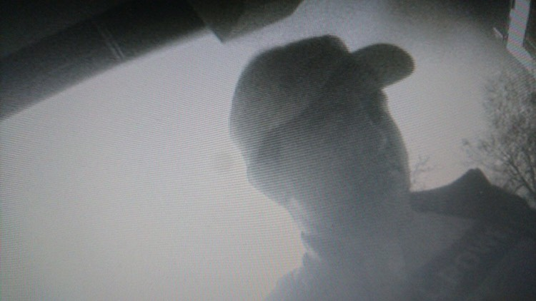 Коломийська поліція розшукує чоловіка, який обікрав квартиру пенсіонерки (ФОТО)