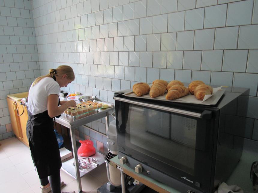 """У Надвірній """"сонячна"""" молодь випікатиме смаколики у власному кафе (ФОТО)"""