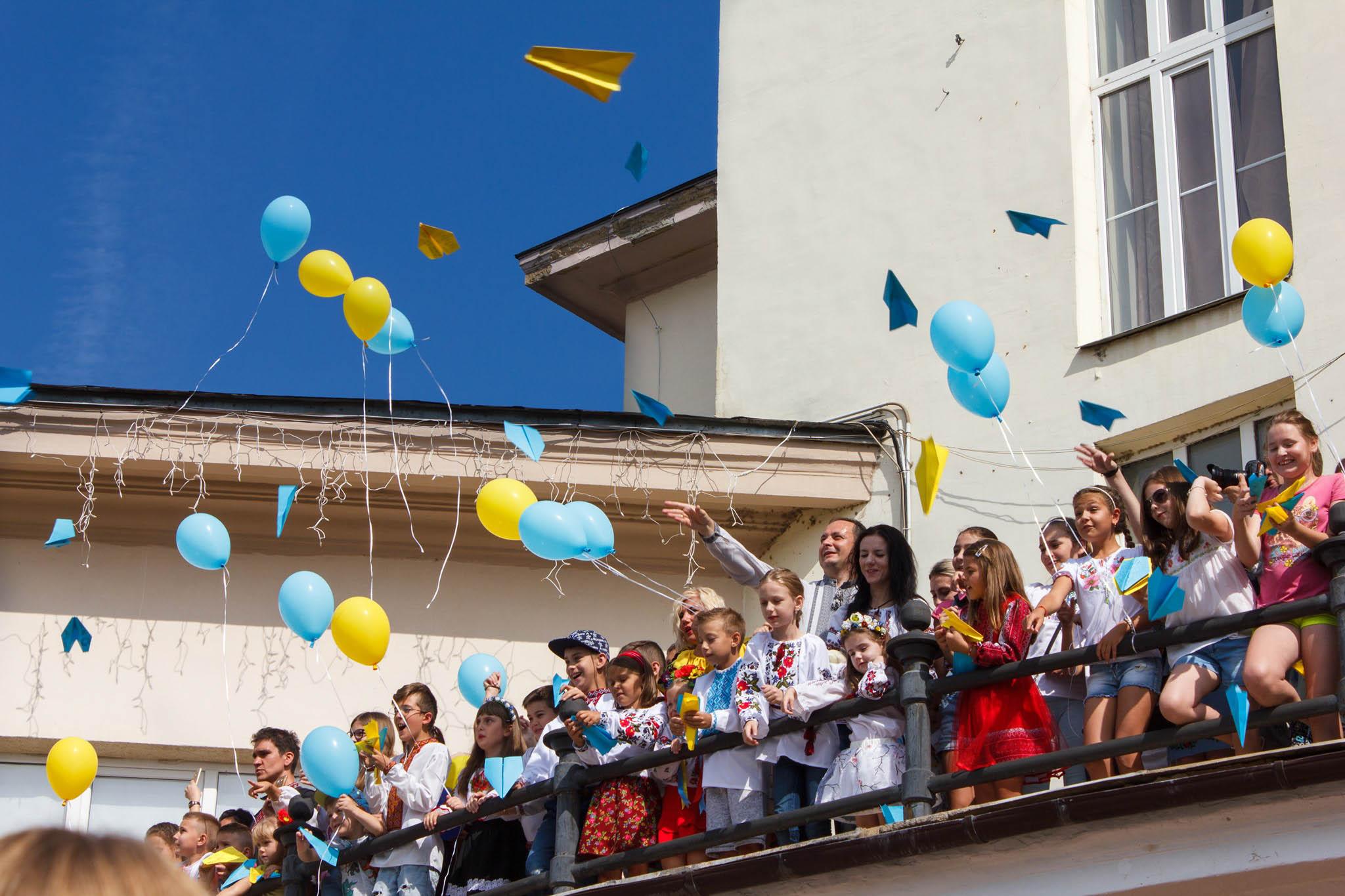 З франківської Ратуші діти запустили десятки паперових літачків (ФОТО)