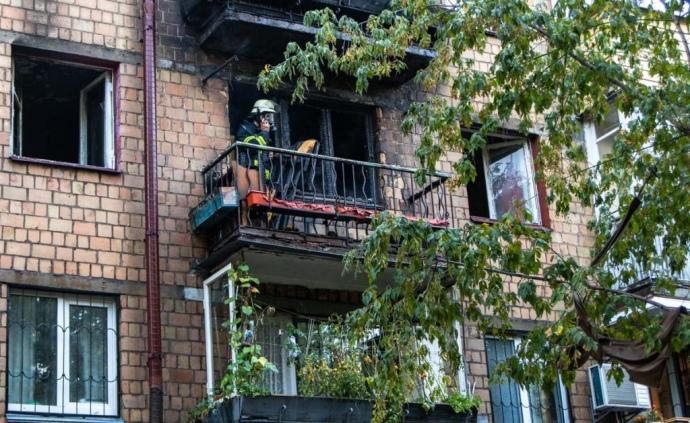 У Києві горіла п'ятиповерхівка. Люди, рятуючись, стрибали з балкону (ФОТО, ВІДЕО)