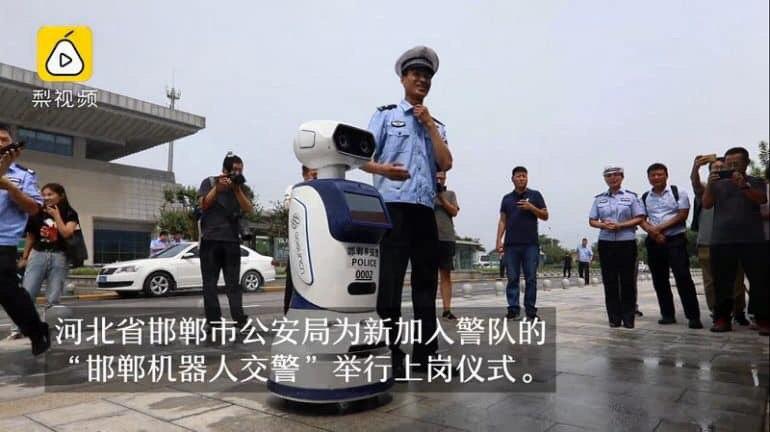 Патрулюють вулиці та розпізнають людей у розшуку: в Китаї запрацювали роботи-поліціянти