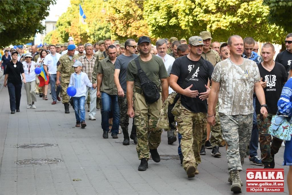 Сотні прикарпатців ходою центром Франківська вшанували загиблих в Іловайську (ФОТО)