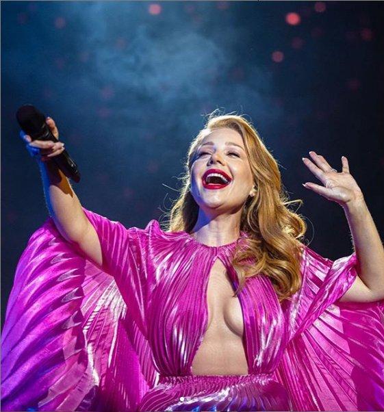Оголила пишний бюст: Тіна Кароль вийшла на сцену без білизни (ФОТО)