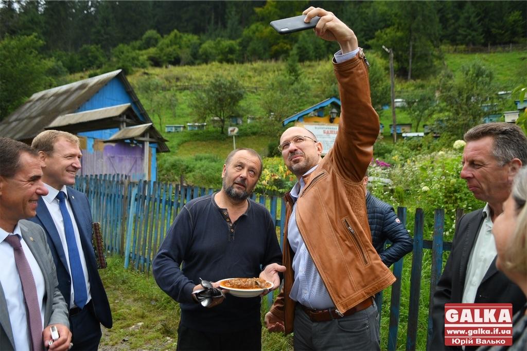 Як голову Івано-Франківської ОДА карпатським медом частували (фоторепортаж)