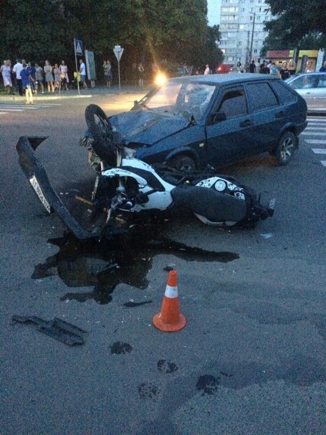 У Калуші зіткнулися автомобіль і мотоцикл – двоє людей у лікарні (ФОТОФАКТ)