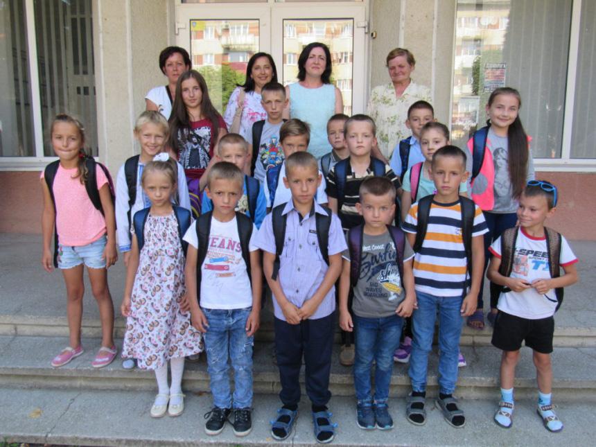 Портфелі зі шкільним приладдям подарували юним прикарпатцям (ФОТО)