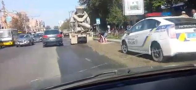На Мазепи поліція оштрафувала водія, котрий забруднив дорогу будівельним розчином (ВІДЕО, ФОТО)