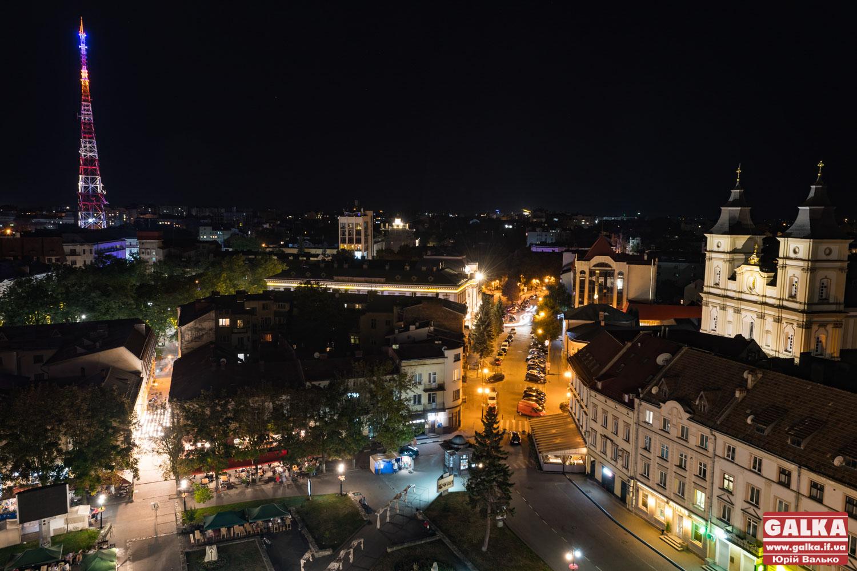 Як виглядає нічний Івано-Франківськ із оглядового майданчика Ратуші (фоторепортаж)