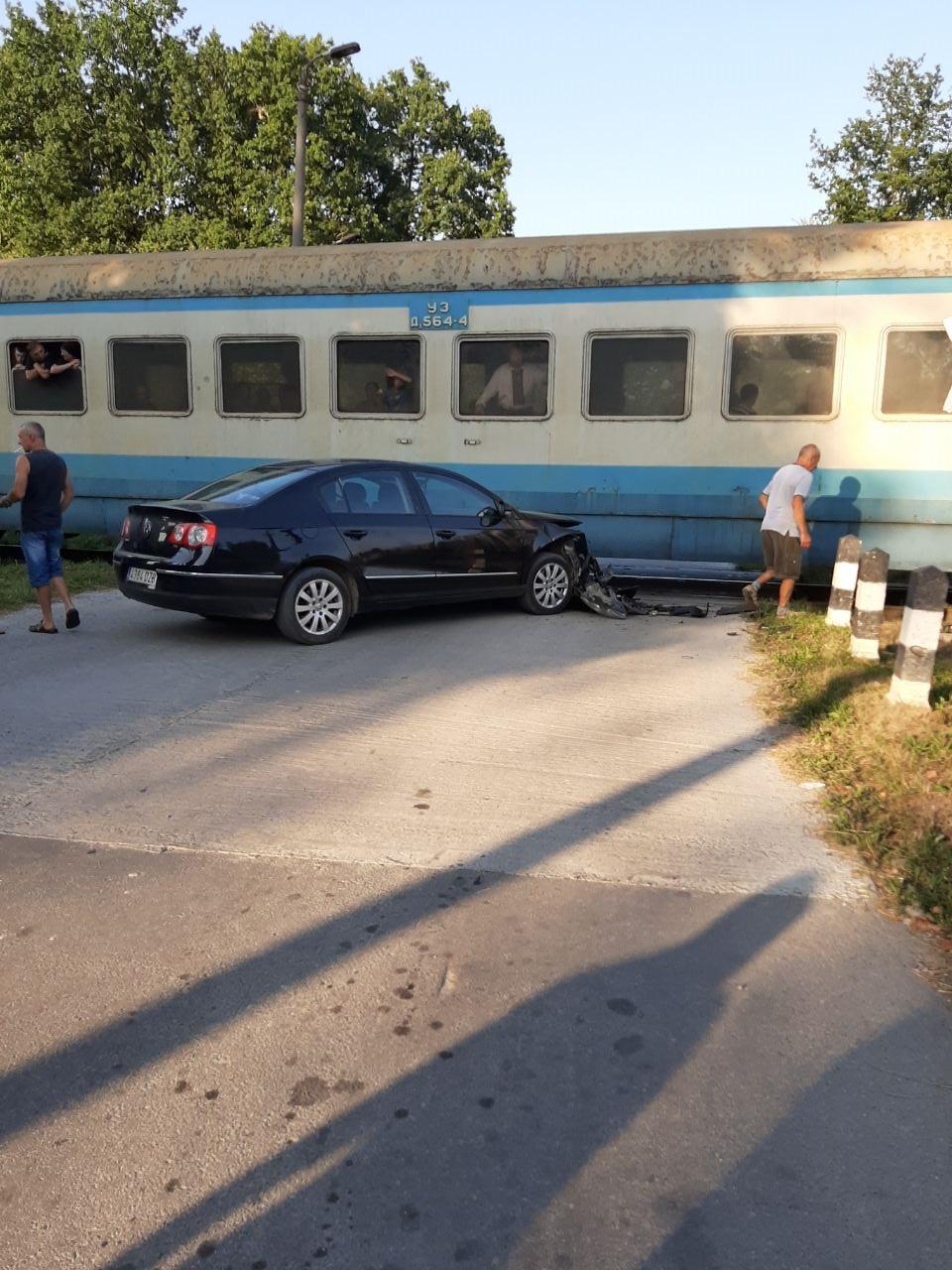 """Водій, який потрапив під потяг в Отинії, хотів об'їхати """"чергу"""" інших авто (ФОТОФАКТ)"""