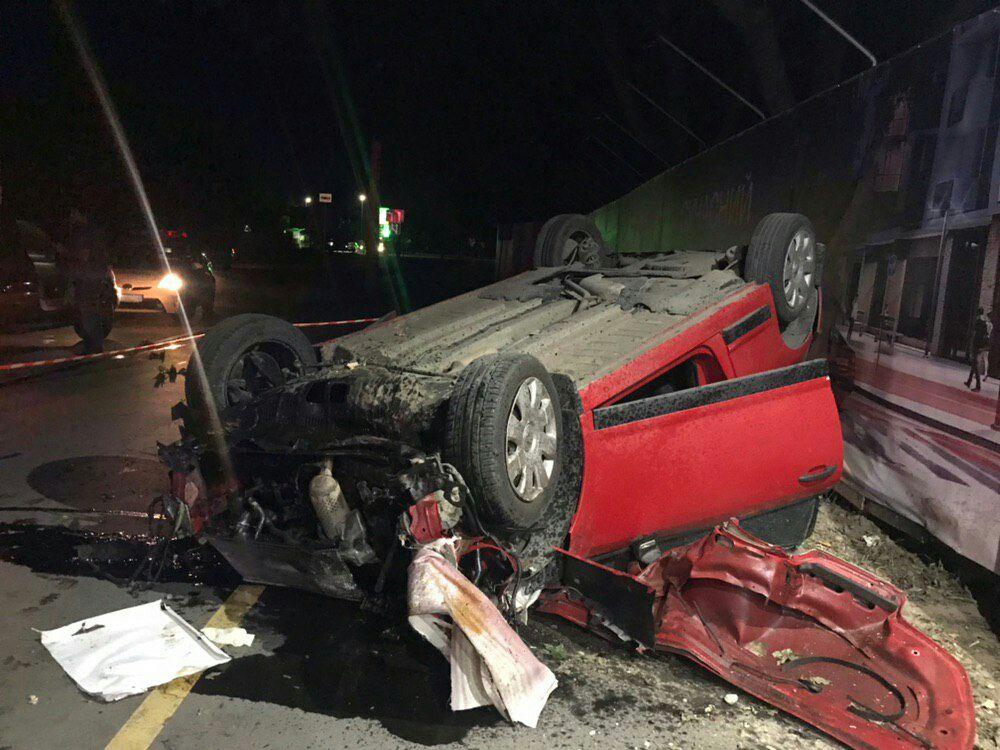 В ніч на вівторок на Набережній авто знесло електроопору і перекинулося (ФОТО, ВІДЕО)