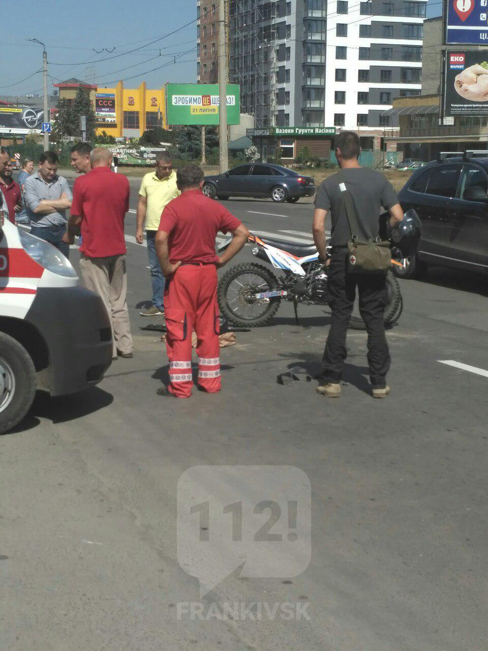 У Івано-Франківську через водія-порушника постраждав мотоцикліст (фотофакт)