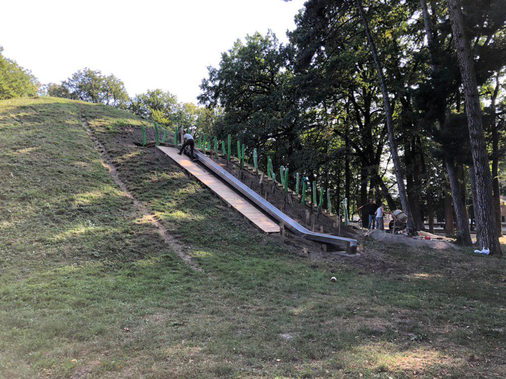 У центральному парку Франківська облагороджують гірку для скелелазіння (ФОТО)