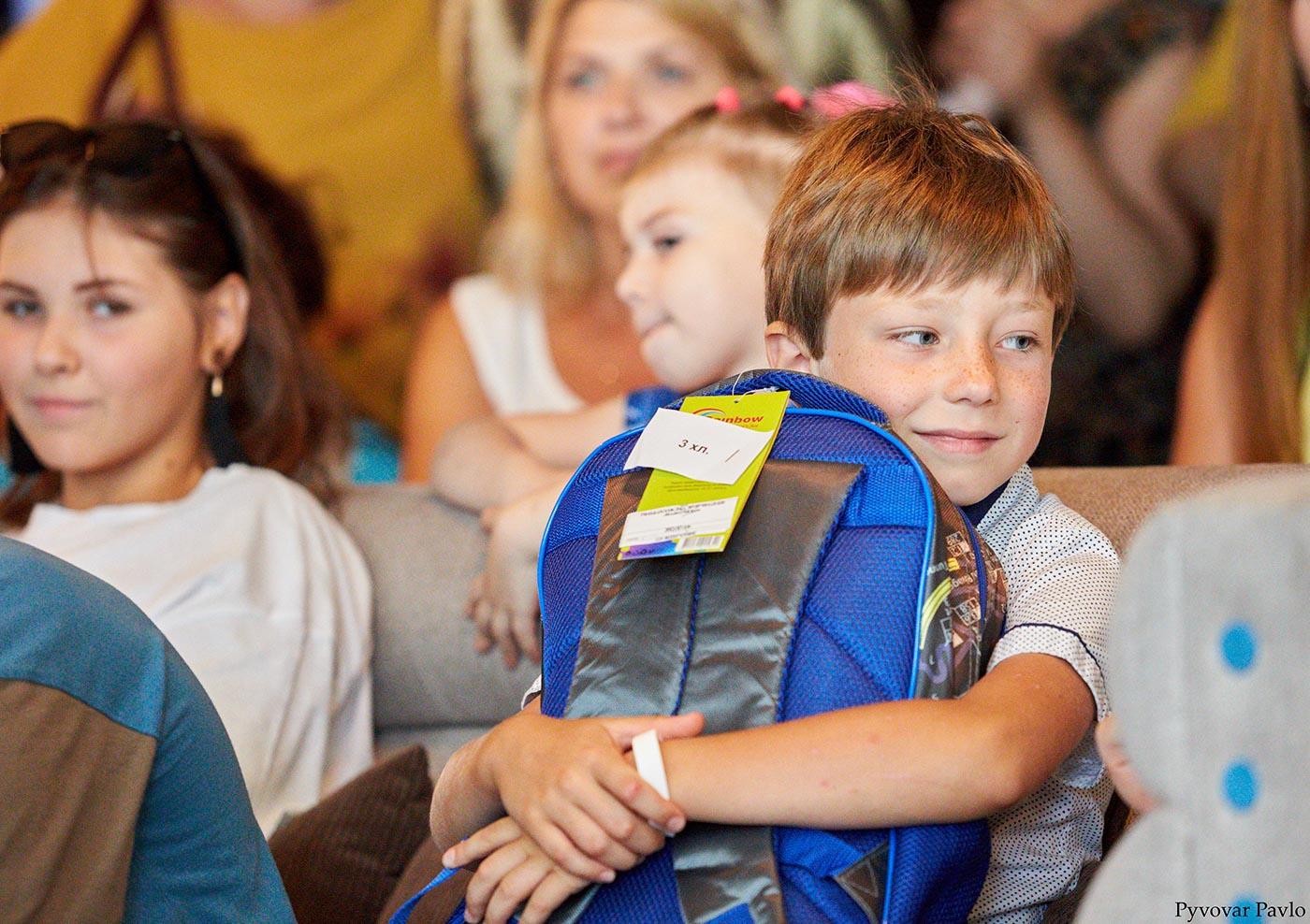 """""""Свято першого портфелика"""": 65 франківським школярам подарували рюкзаки та шкільне приладдя (ФОТО)"""