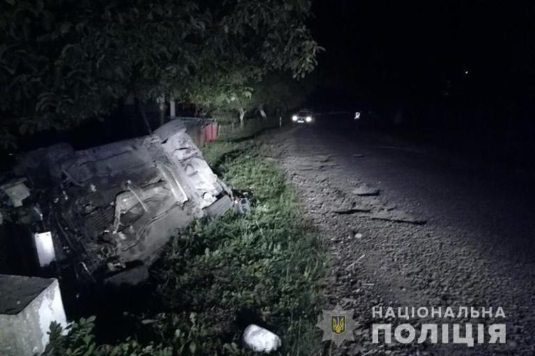 На Калущині авто злетіло в кювет і перекинулося: пасажир загинув, водій – у реанімації (ФОТО)